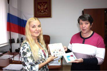 Дар Российскому центру науки и культуры от Дома-музея Шафера в Павлодаре