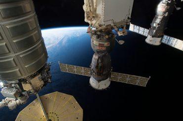 Космонавты рассказали молодым людям со всего света о жизни на МКС