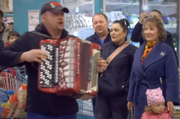 Посетители супермаркета в Семее запели военные песни