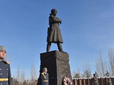 Памятник Ивану Панфилову усыпали цветами в Астане