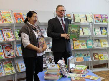Российская дипмиссия в городе Уральске подарила коллекцию детских книг Западно-Казахстанской областной библиотеке