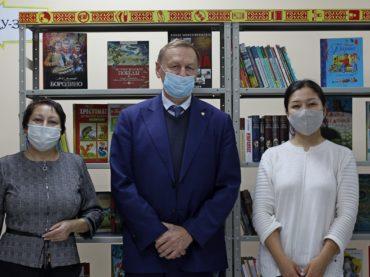 Школьные библиотеки Нур-Султана получили подарки к празднику