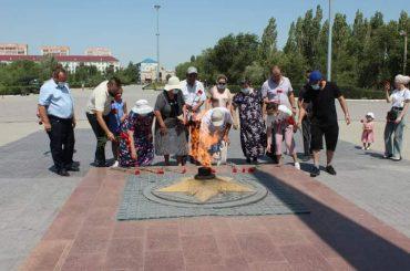 Возложение цветов у Вечного Огня в парке Победы