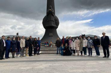 Церемония возложения цветов к Вечному огню у монумента Защитникам Отечеств